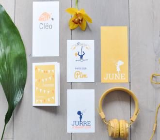Geboortekaartjes op Oud Hollands papier en karton in geeltinten